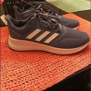 New adidas woman's size 7.5 💙